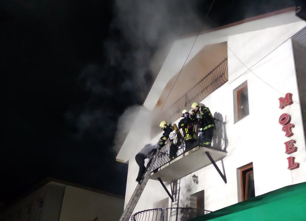 Посеред ночі у Воловці сталася пожежа в мотелі – отримав опіки 10-річний хлопчик