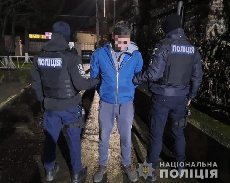 В Ужгороді поліцейські затримали одного з грабіжників, що напали на жінку (відео)