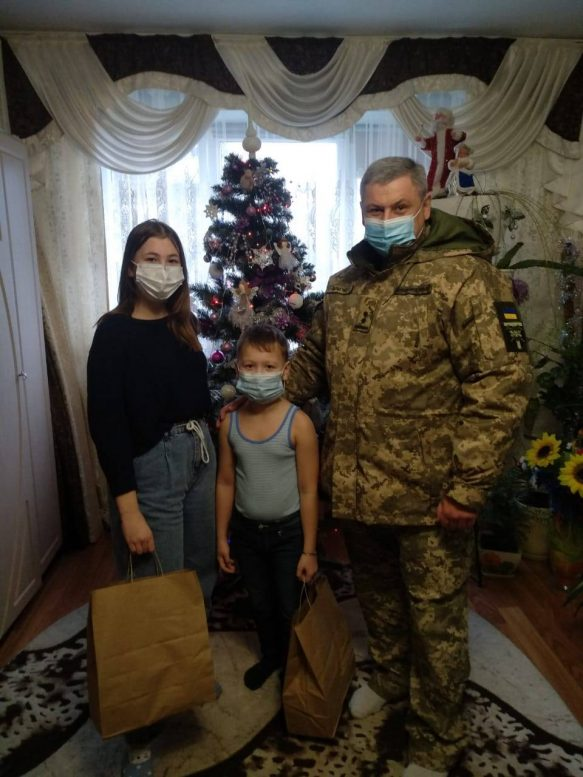 «Свято без тата»: на Закарпатті діти загиблих Героїв отримали святкові подарунки