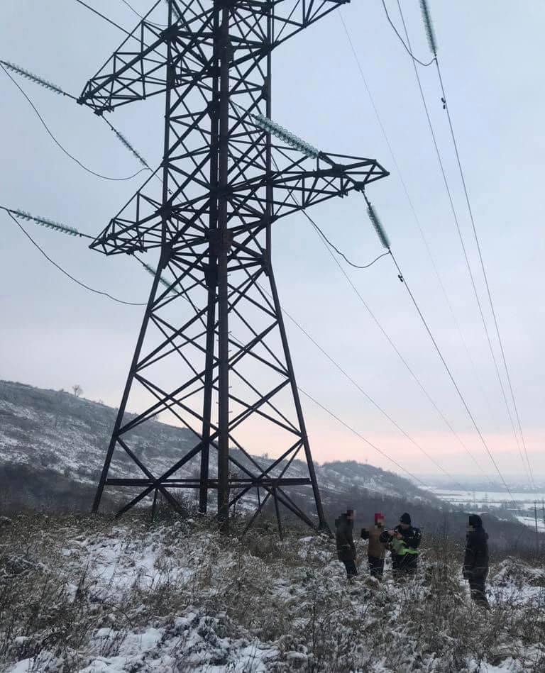 На Мукачівщині поліцейські врятували чоловіка, який збирався зістрибнути з електроопори