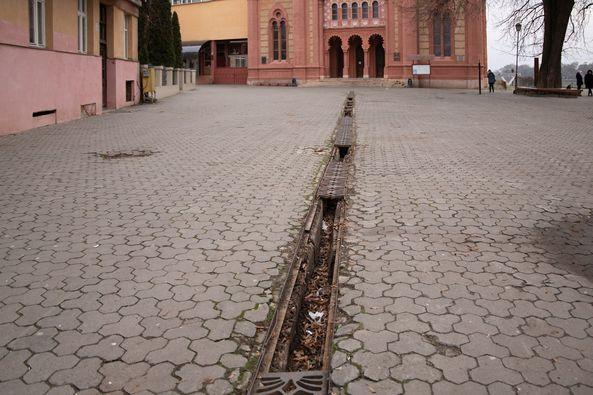 За останні кілька тижнів з ужгородських вулиць викрали понад 30 решіток зливової каналізації