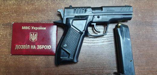 """У сумці підозрілого перехожого ужгородські патрульні знайшли пістолет разом з """"липовим"""" дозволом на зброю"""