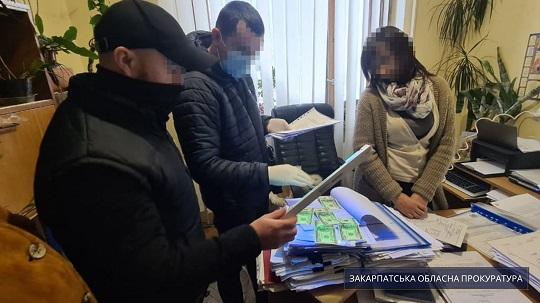 Правоохоронці викрили на хабарі начальницю одного з відділів Свалявської РДА