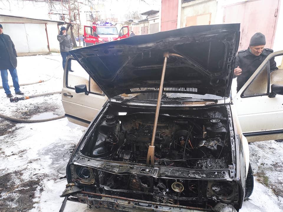 У дворі гаражного кооперативу в Ужгороді горів автомобіль
