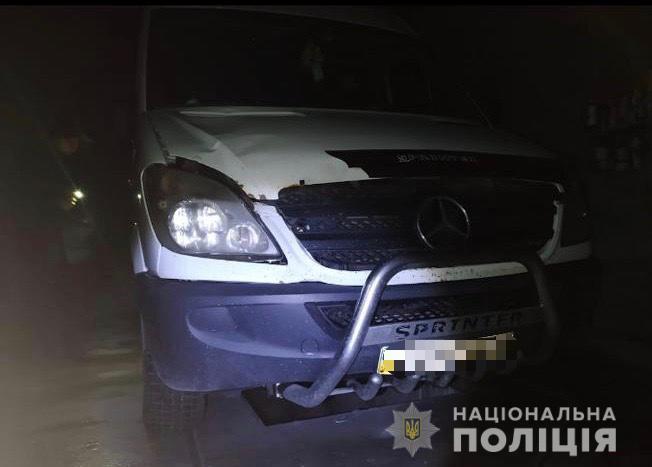Поліція Тячівщини з'ясувала, що сталося з юнаком, якого знайшли мертвим у потічку: його збив мікроавтобус, водій утік і залишив хлопця помирати