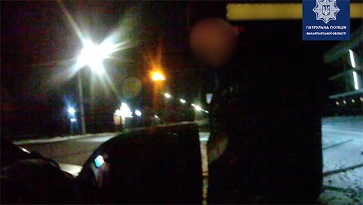 Патрульні затримали під Ужгородом чоловіків, що викрали всю побутову техніку з квартири знайомого