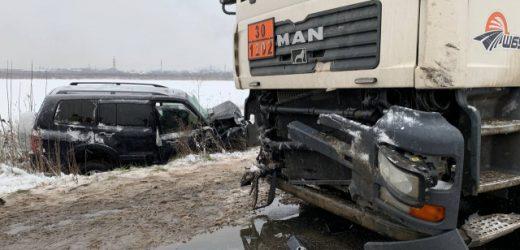 На об'їзній дорозі в Мукачеві зіткнулися позашляховик та вантажівка – двох людей госпіталізовано