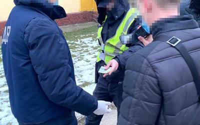 Двох закарпатських поліцейських викрили на вимаганні хабара