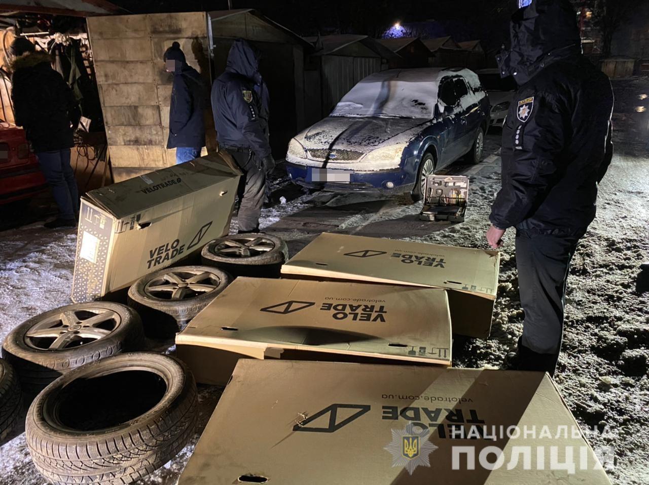 В Ужгороді злодії двома машинами викрали товар у підприємця – 16 велосипедів та колеса до автомобіля