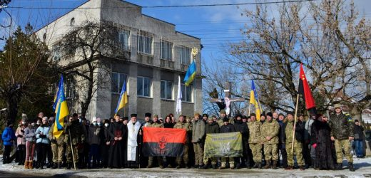 На площі імені майора Віталія Постолакі в Ужгороді вшанували полеглих у боях за Дебальцеве українських воїнів (фото)