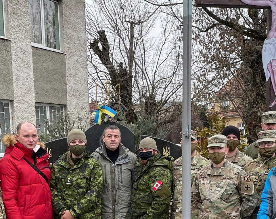 В Ужгороді військовослужбовці ЗСУ та НАТО вшанували пам'ять українських воїнів, які обороняли Дебальцеве