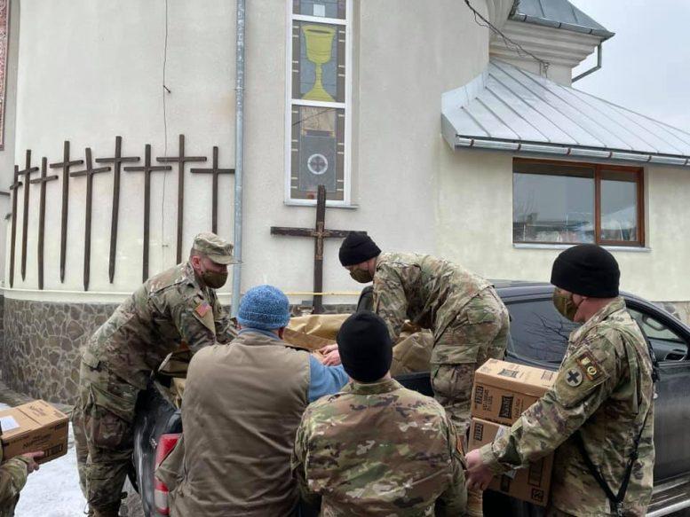 Американські солдати передали гуманітарну допомогу малозабезпеченим Ужгородщини (фото)