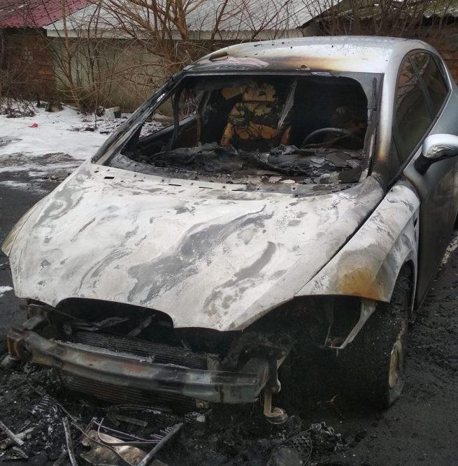 Ужгородцю спалили 15-річне авто