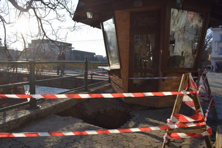 В Ужгородській міськраді прокоментували обвал бруківки в центрі міста
