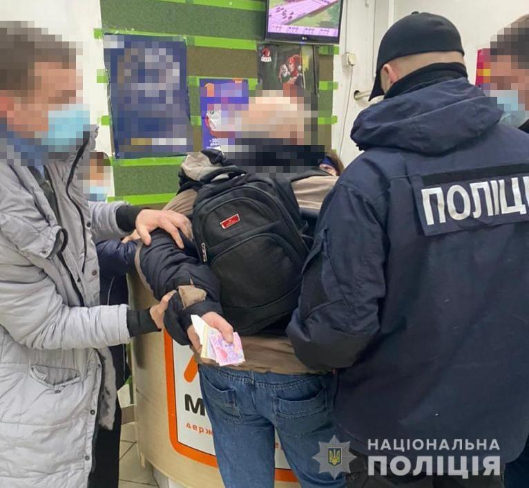 """Закарпатські правоохоронці затримали митника, що за хабар обіцяв """"не побачити"""" 50 ящиків сигарет"""