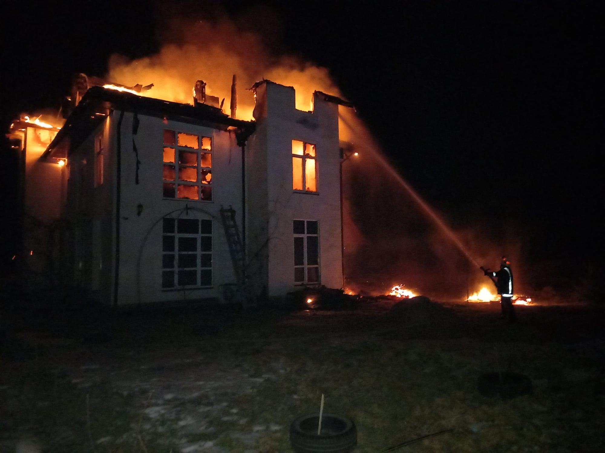 На Берегівщині згоріла дерев'яна будівля готелю