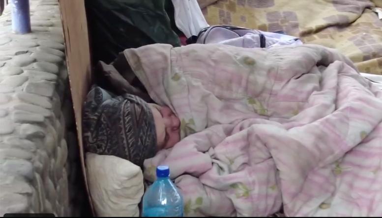 В Мукачеві безхатьки ночують на терасі непрацюючого закладу (відео)