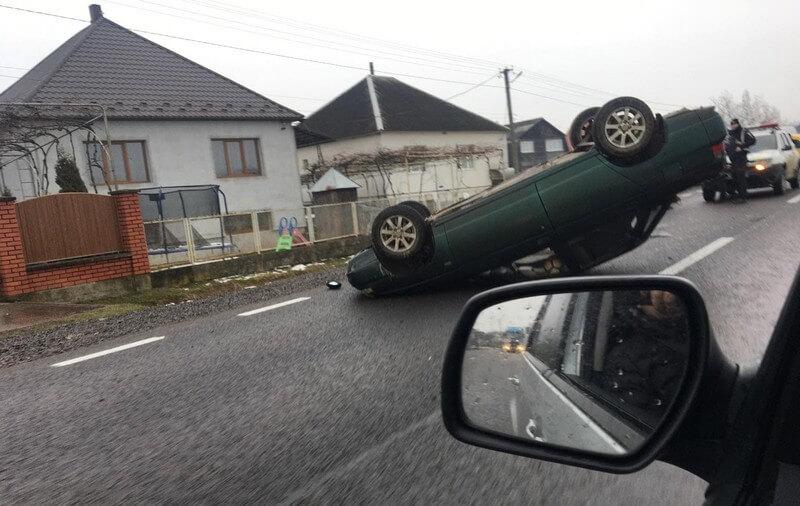 На Виноградівщині автівка перекинулась на дах
