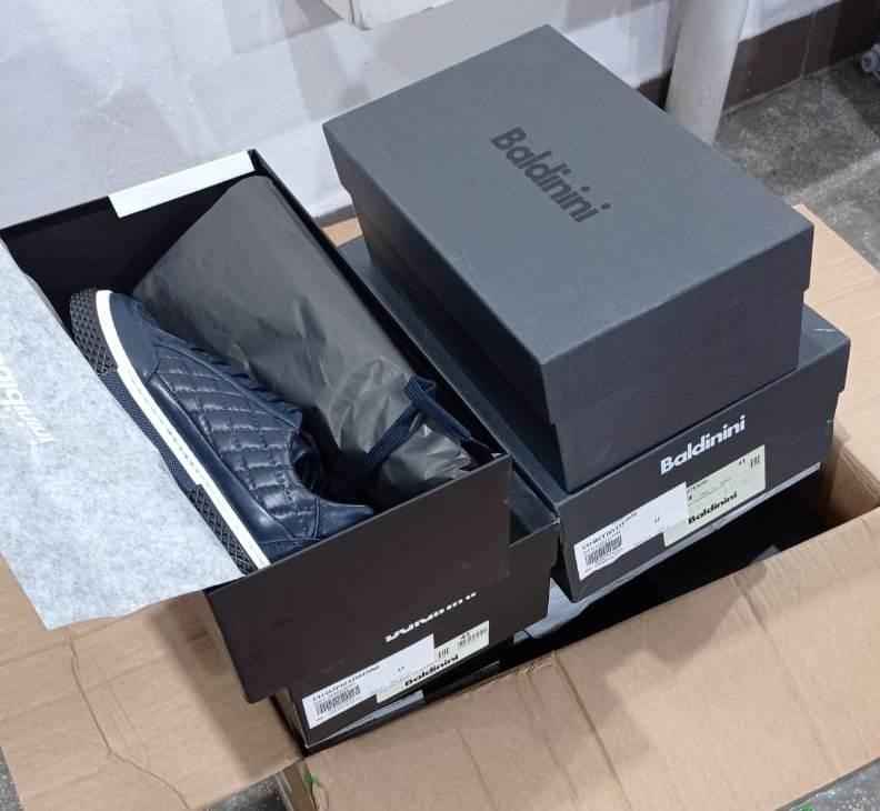 Митники виявили у багажі мукачівця 50 пар незадекларованого брендового взуття з Італії