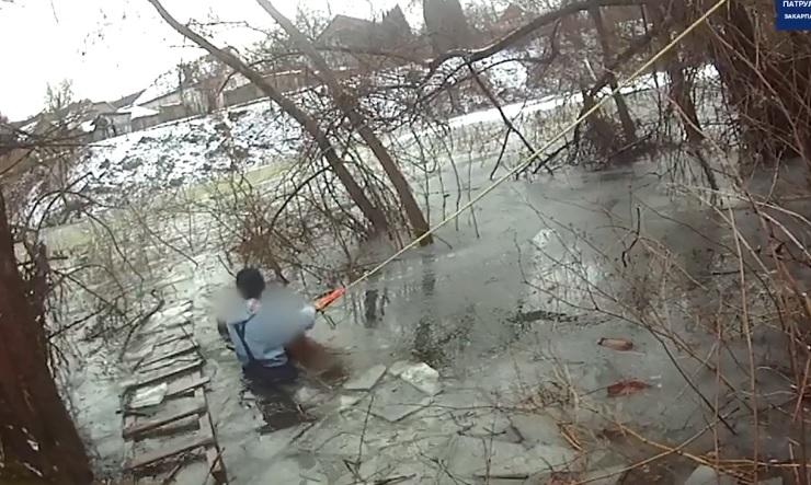 В Мукачеві рятували чоловіка, що провалився на озері під кригу