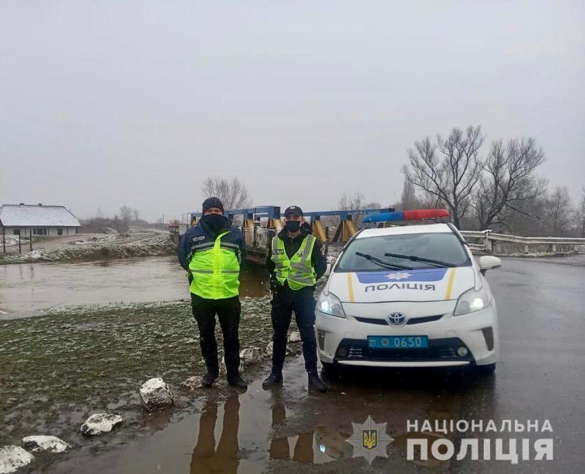 Через загрозу підтоплень посилено патрулювання доріг на Закарпатті