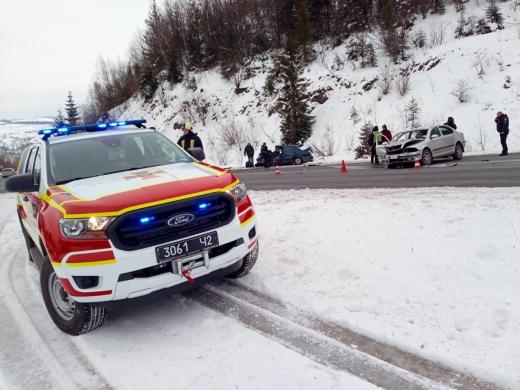 Моторошна ДТП на Мукачівщині: одного з водіїв затиснуло у машині, його визволили рятувальники
