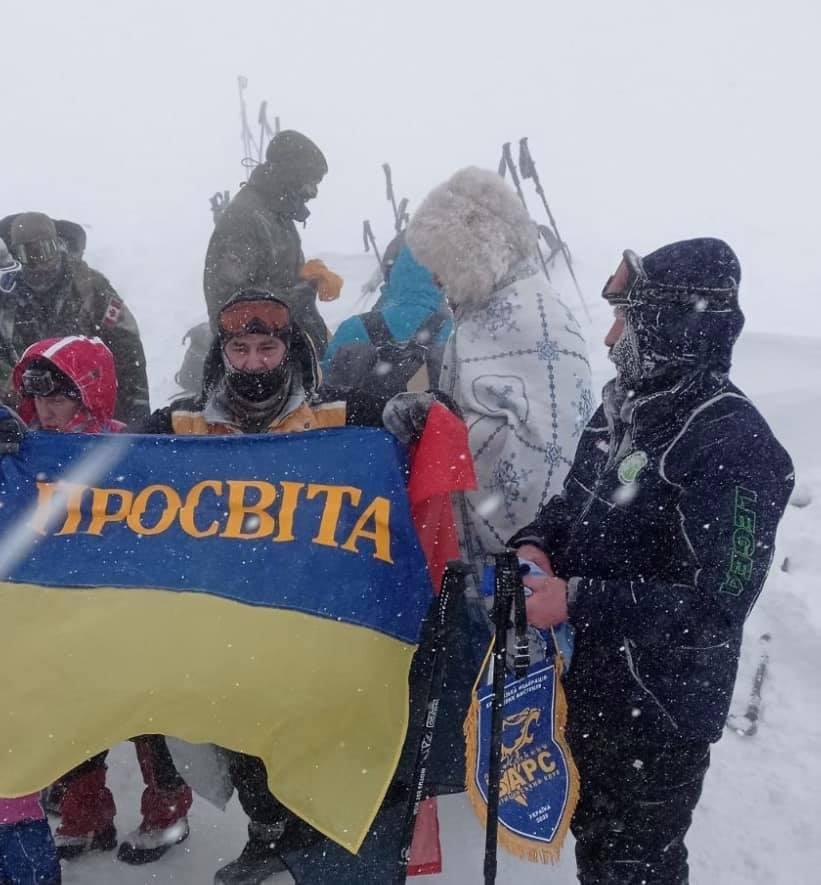Прапор закарпатської «Просвіти» підняли над зимовою Говерлою (фото)