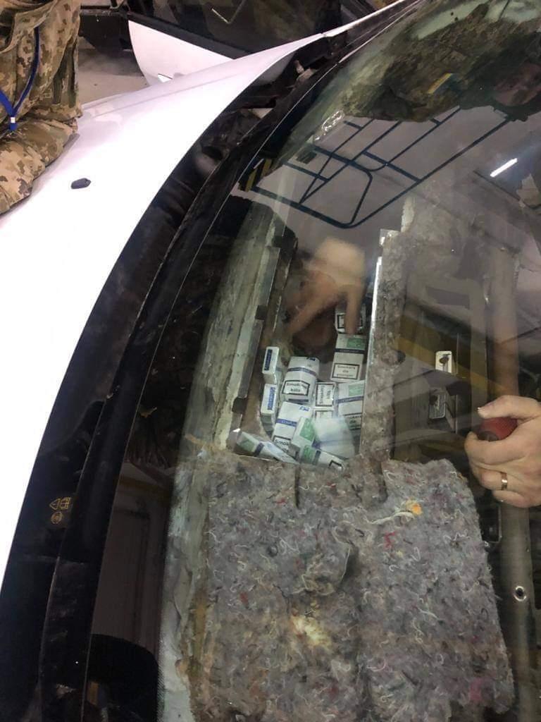 Під час огляду автівки закарпатські прикордонники знайшли у сховку понад тисячу пачок сигарет