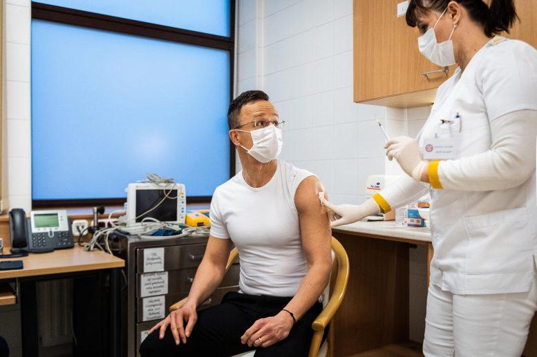 Міністр закордонних справ Угорщини вакцинувався російською вакциною (фото)
