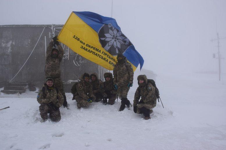"""Представниці 128-ї бригади """"взяли"""" зимовий Плай"""