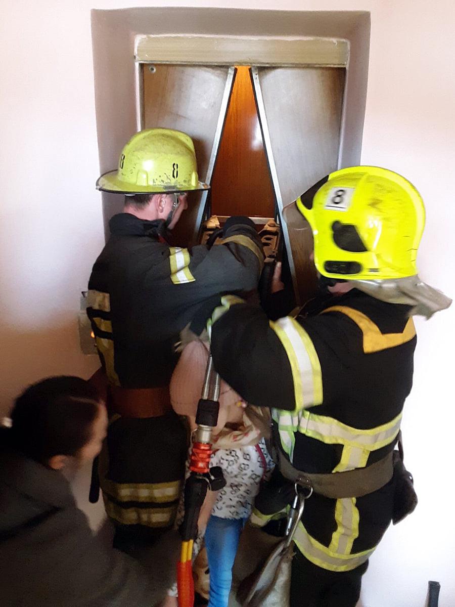 Рятувальники визволили 10-річну дівчинку, що застрягла у ліфті Тячівської райлікарні