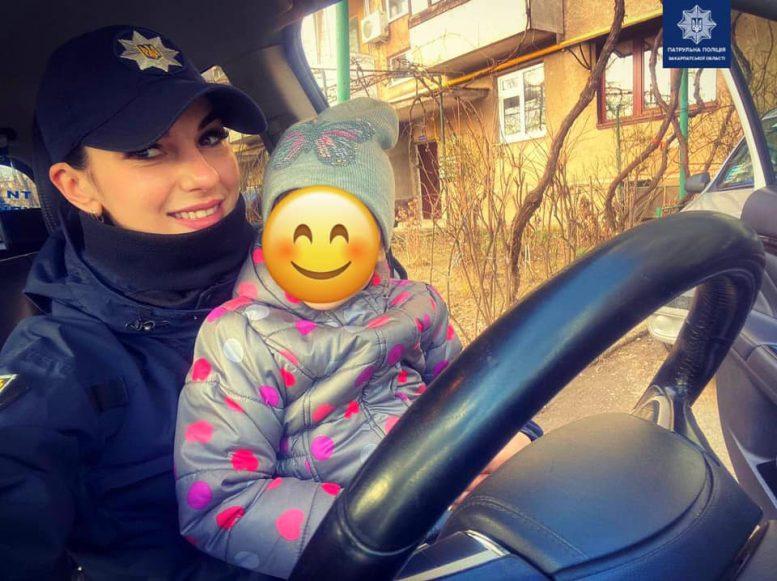 Закарпатські патрульні допомогли звільнити дитину із замкнутого авто