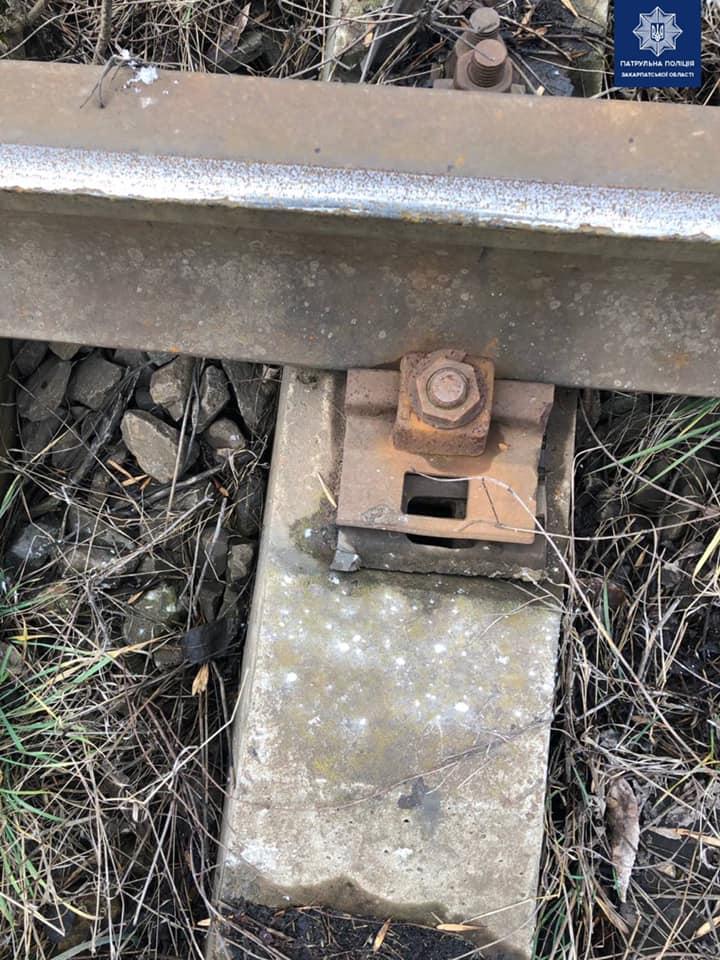 Двоє чоловіків в Ужгороді намагалися розібрати частину залізничної колії