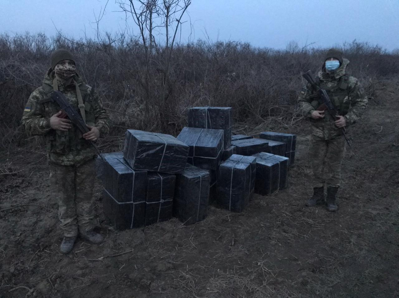 Закарпатські прикордонники виявили 32 ящики цигарок та затримали шістьох контрабандистів
