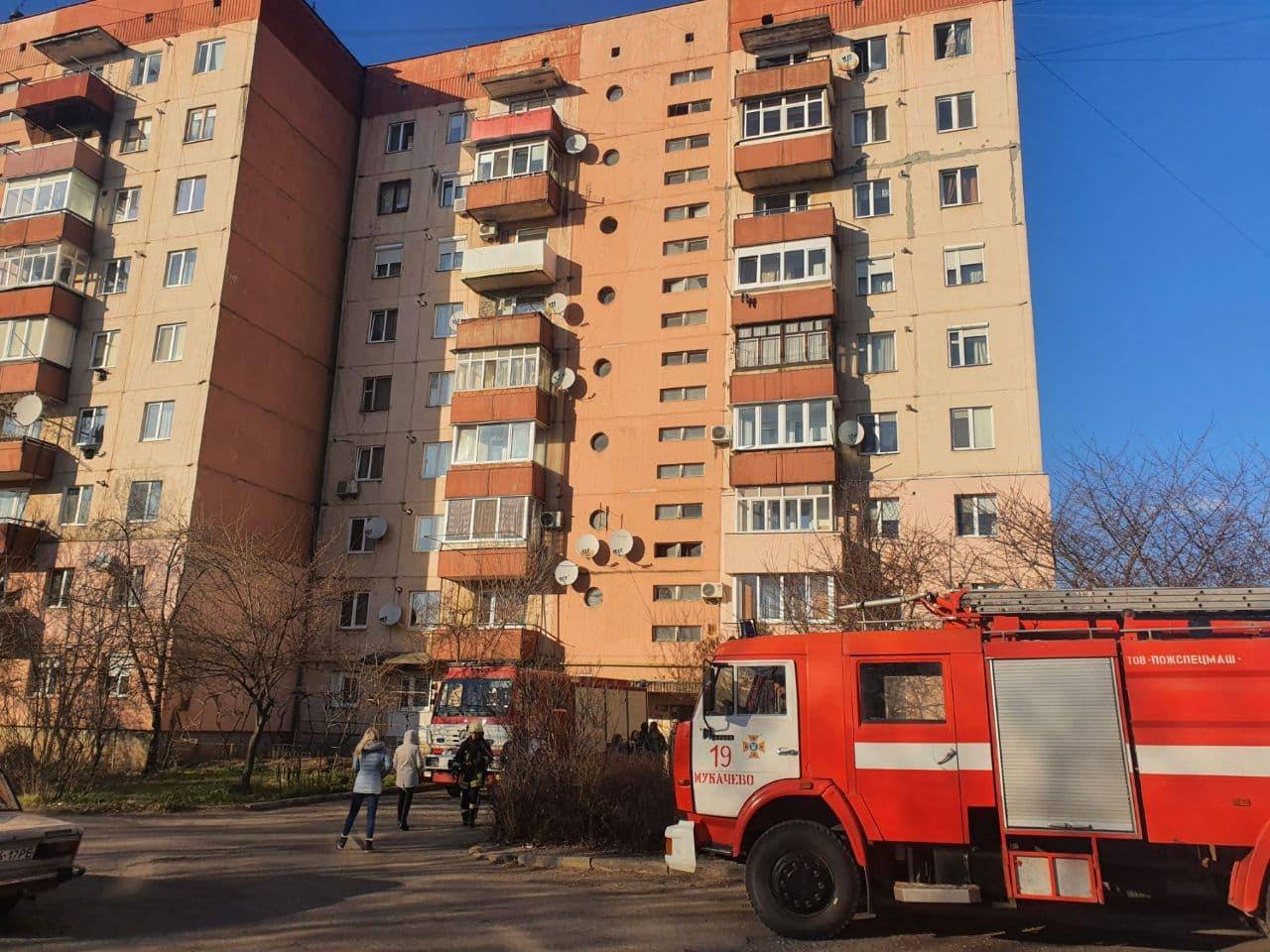 В Мукачеві через забуту запалену свічку горіла квартира у багатоповерхівці