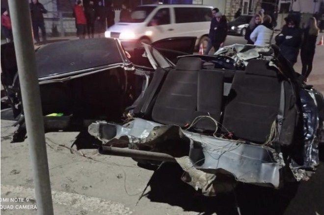 У Хусті автівку, якою керував неповнолітній, розірвало навпіл під час ДТП (ФОТОФАКТ)