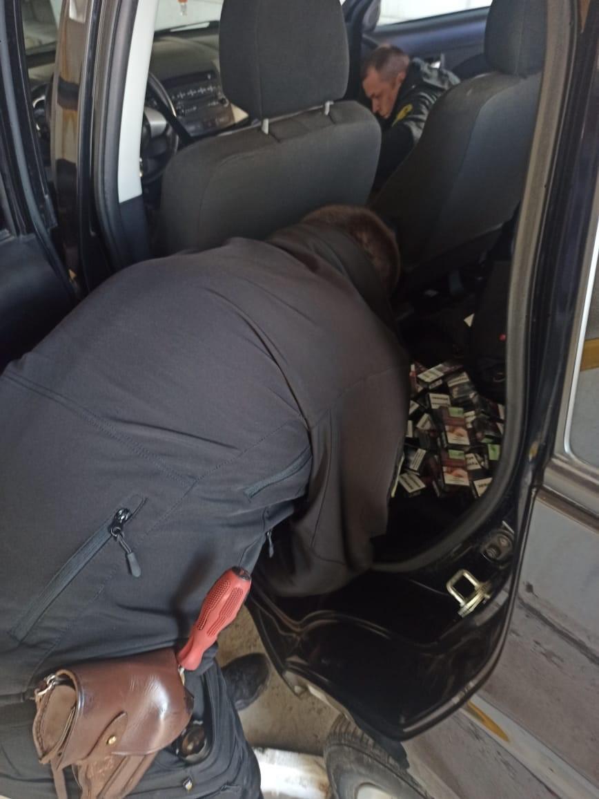 Закарпатські прикордонники виявили у дверцятах легковика приховані сигарети