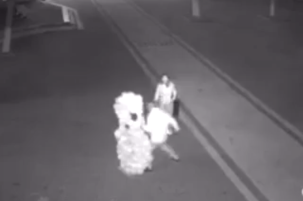 На Закарпатті юнаки відлупцювали кулькову декорацію до  8 березня (відео)