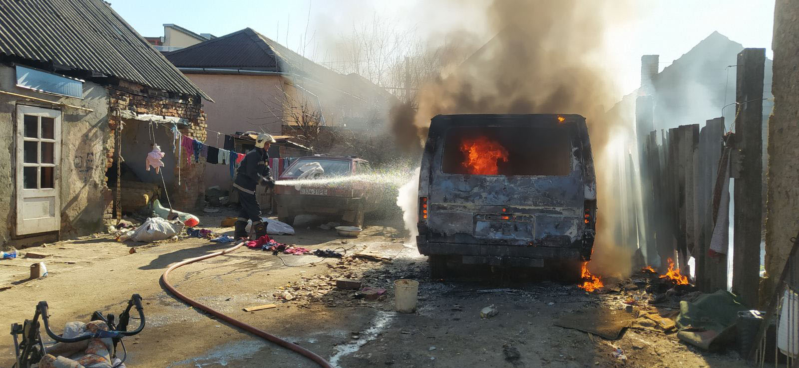 Через дитячі пустощі з вогнем у Берегові згорів мікроавтобус