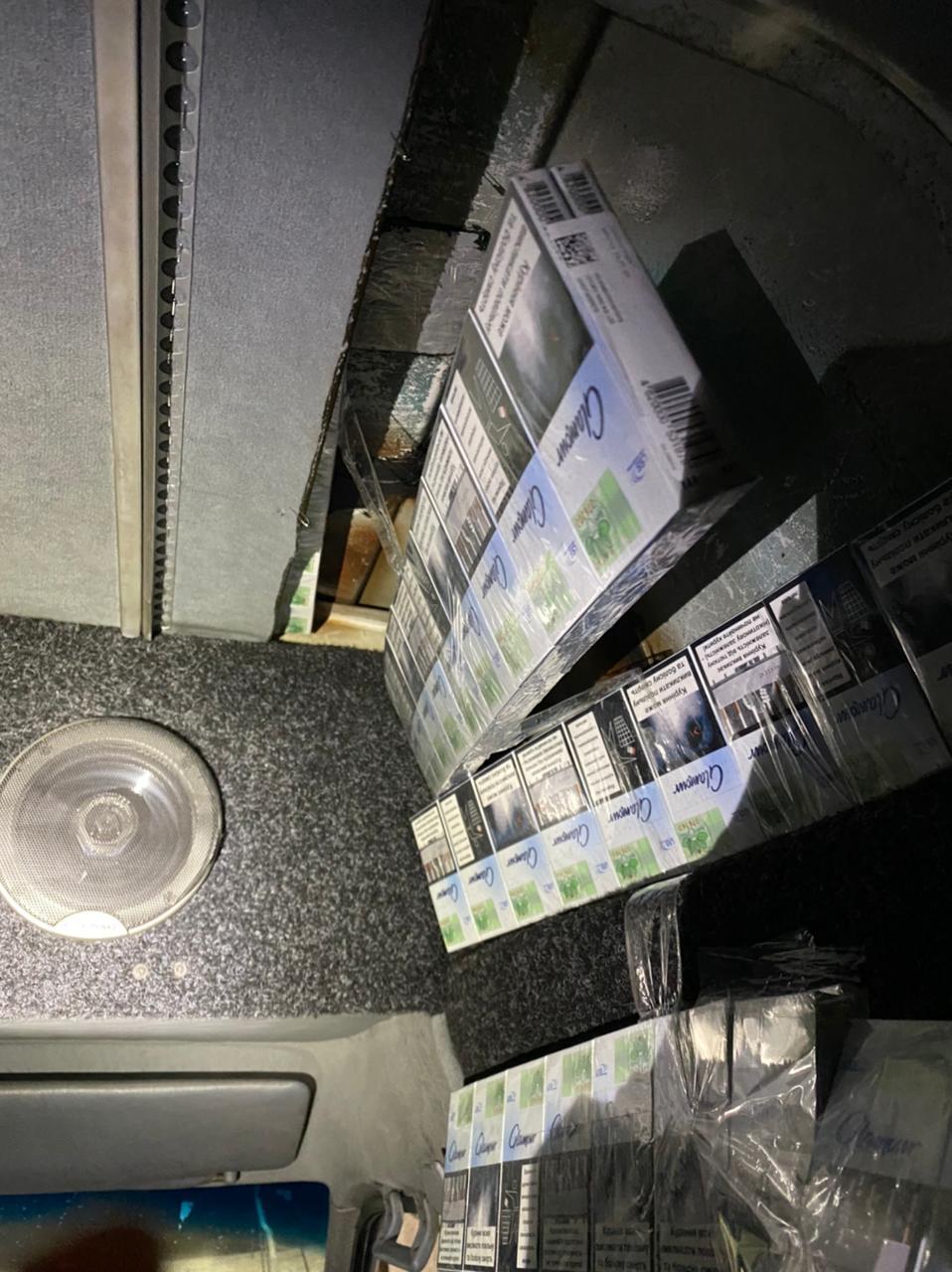 Громадянин Румунії намагався перевезти сигарети через кордон на Закарпатті, сховавши їх у подвійній стелі мікроавтобуса