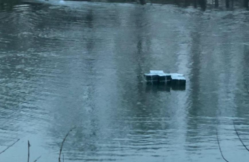 Закарпатські прикордонники виловили у річці Тиса 10 ящиків цигарок