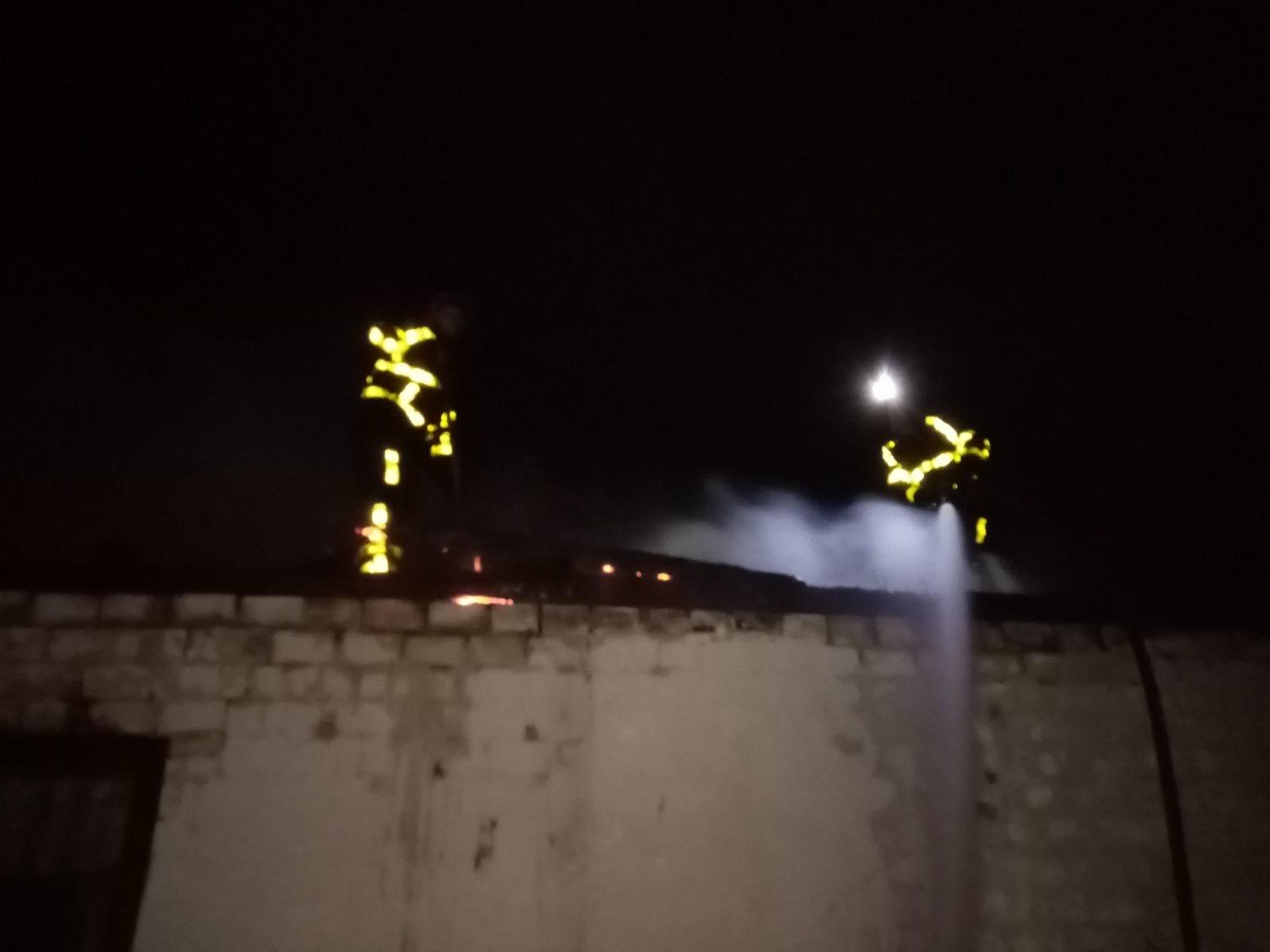 Під час пожежі в надвірній споруді на Хустщині згоріло п'ять тон сіна