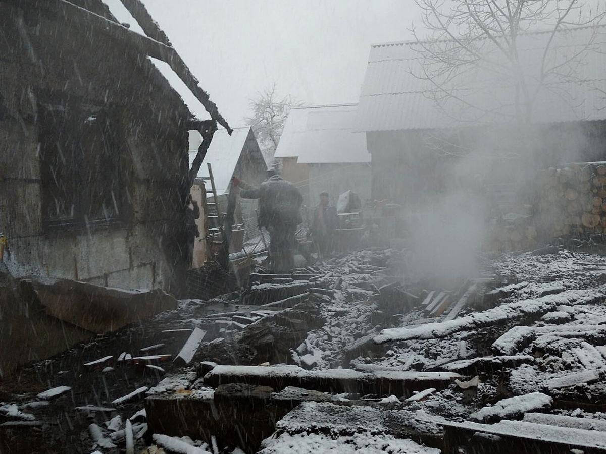 Пожежа на Тячівщині знищила два хліва разом з худобою