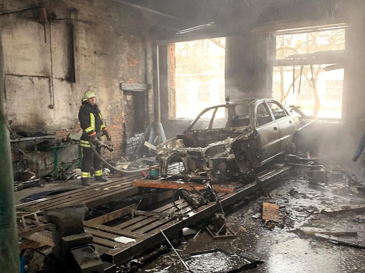 Майстерня з ремонту авто горіла на Закарпатті: вогнем знищено автомобіль та частину будівлі