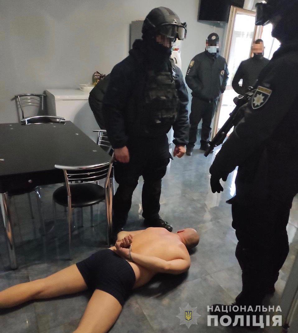 Закарпатські правоохоронці викрили групу наркодилерів – вилучено заборонені речовини та значну кількість зброї