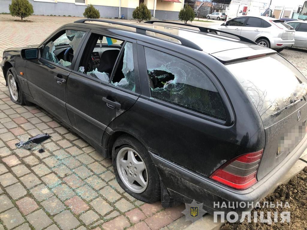 У Минаї на Ужгородщині невідомі понищили автівку вінничанина