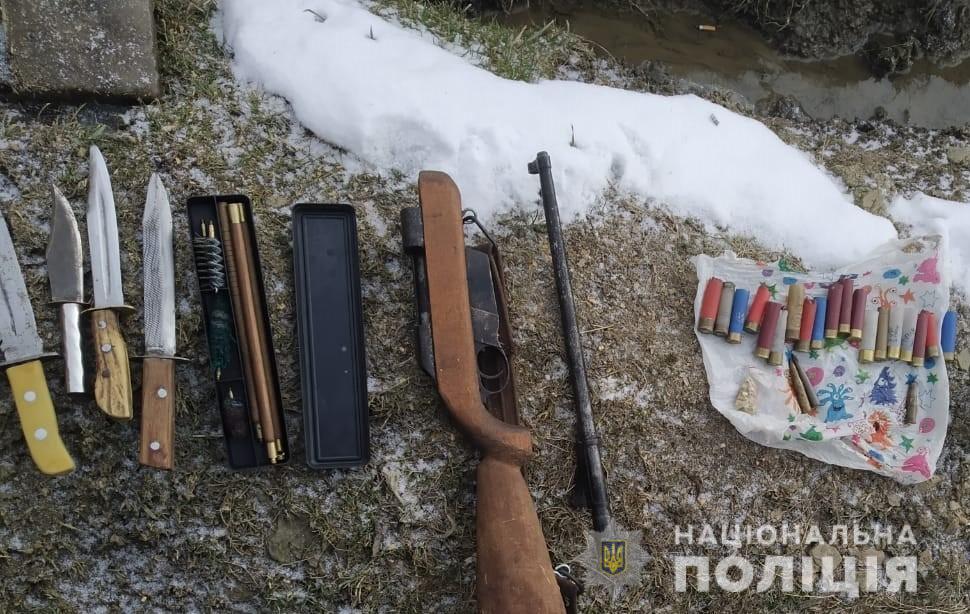 На Рахівщині поліцейські вилучили у фігуранта злочину арсенал саморобної зброї