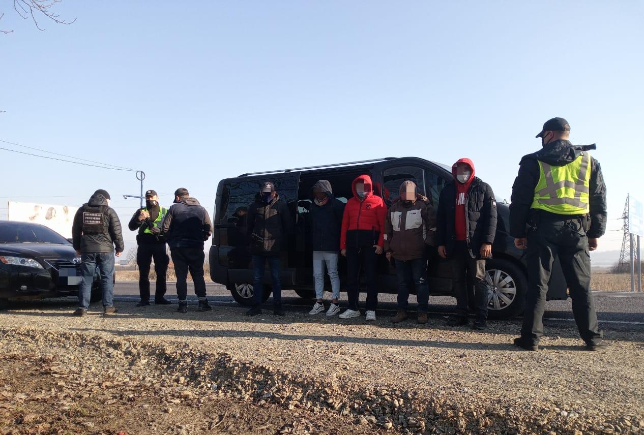 На виїзді з Хуста затримали п'ятьох нелегалів разом із переправником