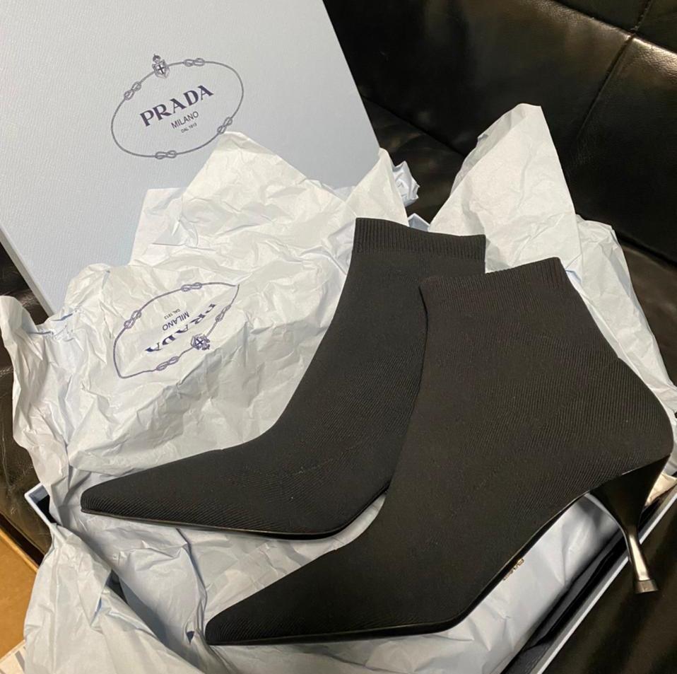 Закарпатські митники знайшли в мікроавтобусі незадекларований брендовий одяг, взуття та аксесуари вартістю у кілька тисяч євро
