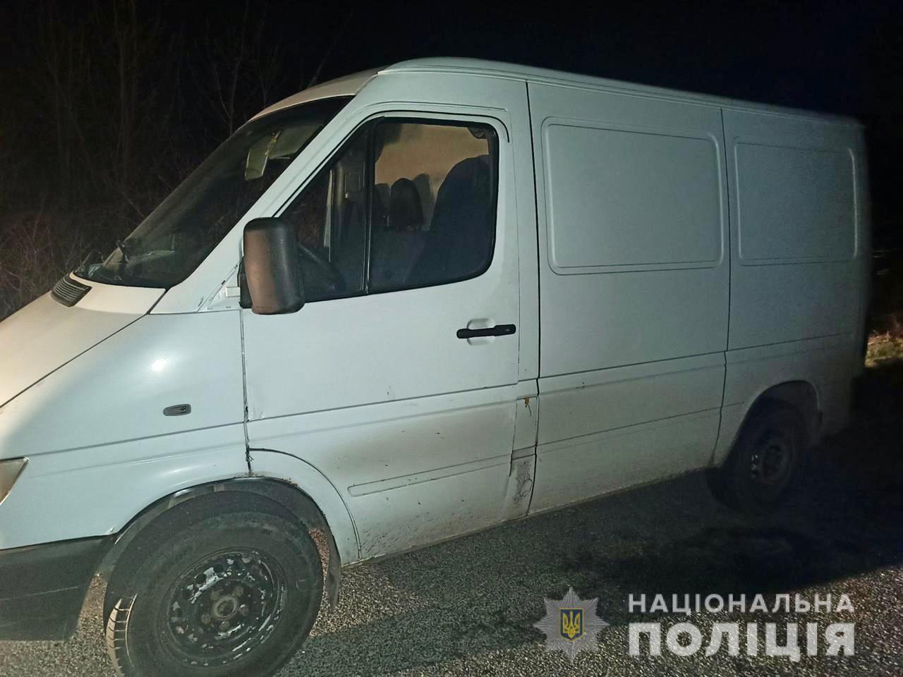 Двоє чоловіків на Берегівщині викрали з чужого подвір'я мікроавтобус